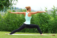 Yoga virabhadrasana II Kriegerhaltung Lizenzfreies Stockfoto