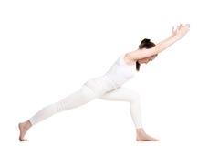 Yoga Virabhadrasana 1 variación de la actitud Fotografía de archivo libre de regalías