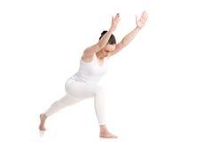 Yoga Virabhadrasana 1 variación de la actitud Imagen de archivo libre de regalías