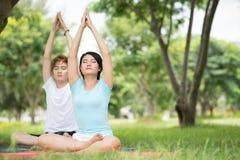 Yoga voor twee Royalty-vrije Stock Foto