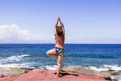 Yoga vor Paradies Stockfotografie