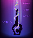 Yoga wirft EKA PADA CHAKRASANA eins Fahrwerkbein-Radhaltung auf Stockfotos