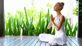 Yoga y el meditar practicantes de la mujer almacen de video
