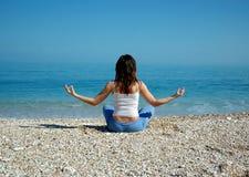 Yoga y mar Imágenes de archivo libres de regalías