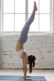 Yoga zuhause: Handstandhaltung Lizenzfreie Stockfotos