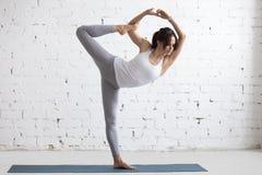 Yoga zuhause: Lord der Tanz-Haltung Stockbilder