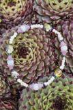 Yogaarmband med naturliga pärlor royaltyfri fotografi