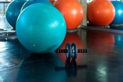 Yogabal en rolwiel voor abs die in geschiktheidsgymnastiek uitoefenen , Close-up van het materiaal van de rolgeschiktheid op bevl royalty-vrije stock fotografie