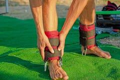 Yogabehandlung für Kern, dünner junger Mann, der Yogaschwingenausrüstung, sich entwickelnde Ausdauer des Mannes erhält und Kern a stockfotografie