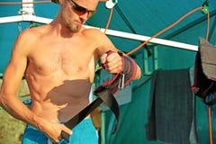 Yogabehandlung für Kern, dünner junger Mann, der Yogaschwingenausrüstung, sich entwickelnde Ausdauer des Mannes erhält und Kern a lizenzfreie stockbilder