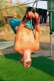Yogabehandlung für Kern, Yogaschwingen, dünner junger Mann gegurtet zu vier Planken über dem Boden, sich entwickelnde Ausdauer de lizenzfreie stockfotografie