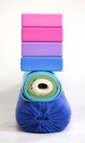 Yogablokken, steun, riem en tapijten stock afbeelding