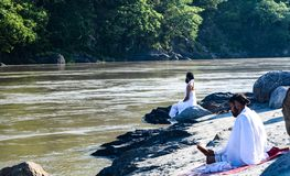 Yogacharya на банке Ganga стоковое изображение rf