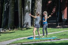 Yogaflickor i parkera arkivfoton