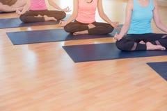 Yogafolket som gör lotusblomma, poserar med musslan kopplar av sinnesrörelse, meditation Royaltyfri Bild