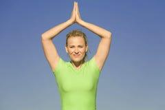 Yogafrau übergibt Unkosten Stockbild