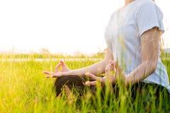 Yogafrau in den Lotoslage Übungen Stockfotos