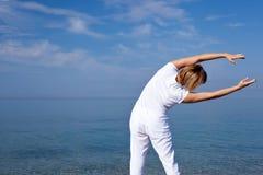 Yogafrau, die Übungen tut stockfoto