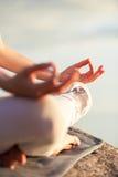 Yogafrau, die draußen meditiert Stockbild
