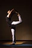 Yogafrau, die ihre Stärke und Balance übt stockfotos