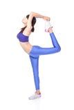 Yogafrau heben ihr Fahrwerkbein an Stockfoto