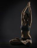 Yogafrau meditieren, sitzend in der Lotoshaltung Silhoue lizenzfreie stockfotos