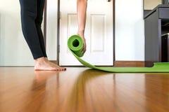 Yogafrau zu Hause im Bettraum Lizenzfreie Stockfotografie
