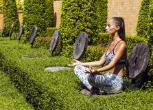 Yogafrauenhaltungen beim Tropentragen stilvoll Lizenzfreie Stockbilder