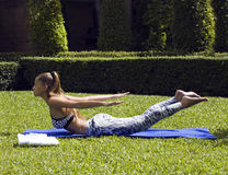 Yogafrauenhaltungen beim Tropentragen stilvoll Stockfotos