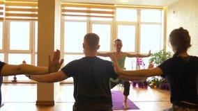 Yogagrupp av folk som övar sund livsstil i konditionstudioyoga stock video