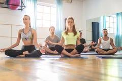 Yogagrupp i en idrottshall Royaltyfri Bild