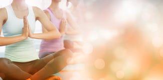 Yogagrupp i idrottshall arkivbilder