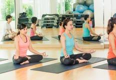 Yogagrupp i studiorum, grupp människor som gör lotusblomma, poserar med Royaltyfria Foton