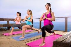 Yogagrupp på för lägestrand för strand den fridsamma sunda livsstilen för härlig reträtt för hav Arkivfoton