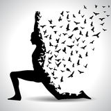 Yogahaltung mit den Vögeln, die vom menschlichen Körper, Schwarzweiss-Yogaplakat fliegen Stockfotos