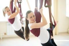 Yogahaltungen in der Hängematte Stockbild