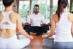 Yogainstructeur stock afbeelding