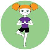 Yogakinder Junges Mädchen, das in der Baumhaltung Vrikshasana steht Lizenzfreies Stockfoto
