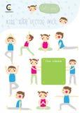 Yogakindersammlung mit Jungen und Mädchen werfen Yoga und Brett von Sc auf Stockbild