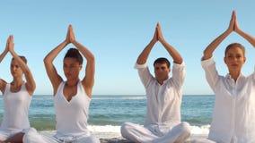 Yogaklasse op het strand stock video