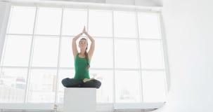 Yogaklasse van vrouwen die gezonde levensstijl in geschiktheidsstudio uitoefenen Geschikte vrouwen die yoga in geschiktheidszaal  stock videobeelden