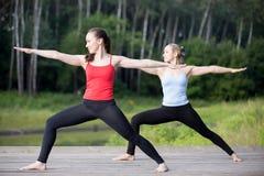 Yogaklasse: Virabhadrasana 2 stelt royalty-vrije stock afbeelding