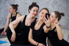Yogaklasse von netten tausendjährigen Freundleuten nimmt ein selfie Lizenzfreies Stockfoto