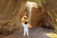 Yogaklassen in der Höhle Beit Guvrin Lizenzfreie Stockbilder