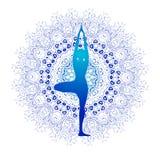 Yogakondition, yogalogo, kondition och sportklubba, vektorlogomall Yoga poserar planlagt mot blå mandala med Arkivbilder