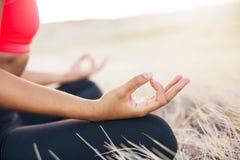 Yogakvinna som gör meditation Fotografering för Bildbyråer