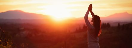 Yogakvinna som mediterar p? solnedg?ngen fotografering för bildbyråer