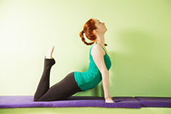 Yogakvinna som tillbaka välva sig henne Royaltyfri Fotografi