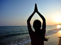 Yogakvinnameditation på soluppgångsjösidan Fotografering för Bildbyråer