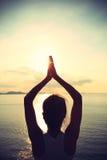 Yogakvinnameditation på soluppgångsjösidan Royaltyfria Bilder